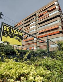 Cartel de 'Se vende' en la entrada a una urbanización de Madrid. | Carlos Barajas