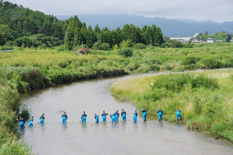 Operarios de Tepco trabajan en un río cerca de la central. | Afp
