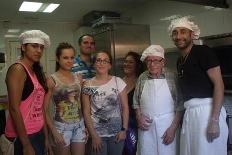 Algunos de los cocineros del comedor infantil. | ELMUNDO.es