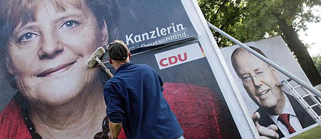 Carteles electorales de la canciller Merkel y el candidato socialdemócrata Steinbrück. | Efe