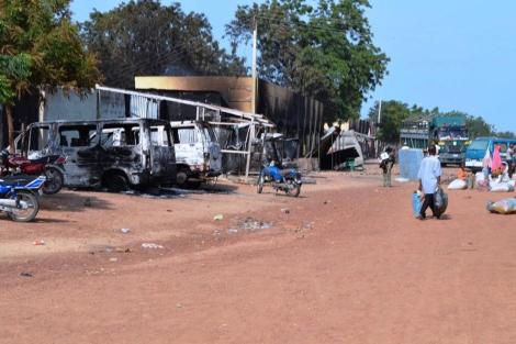 Vehículos quemados por el grupo radical Boko Haram en Nigeria. | Afp