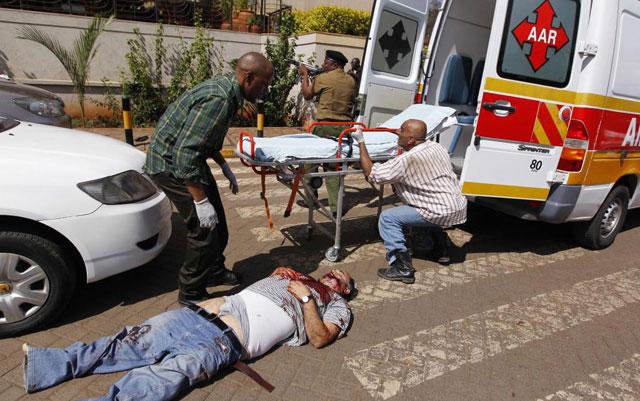 Las autoridades intentan evacuar a uno de los heridos en el tiroteo de Nairobi. | Reuters [MÁS IMÁGENES]