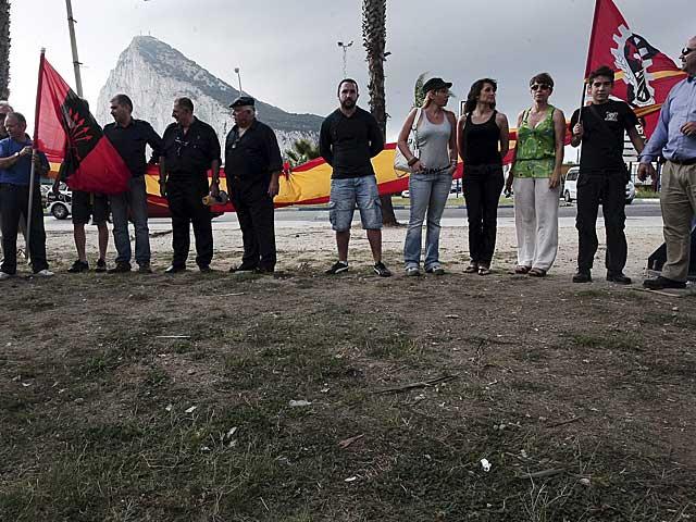 Miembros de Falange, delante de la frontera con Gibraltar. | Foto: Francisco Ledesma.