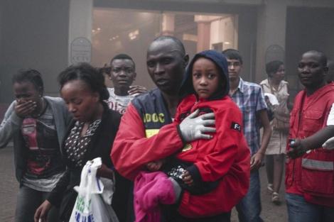 Sanitarios evacuan a ciudadanos del centro comercial. | Efe MÁS IMÁGENES