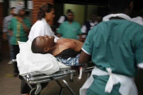 Un herido en el tiroteo es atendido en el hospital. | Afp