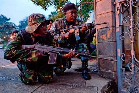 Soldados kenianos en las puertas del centro comercial. | Afp