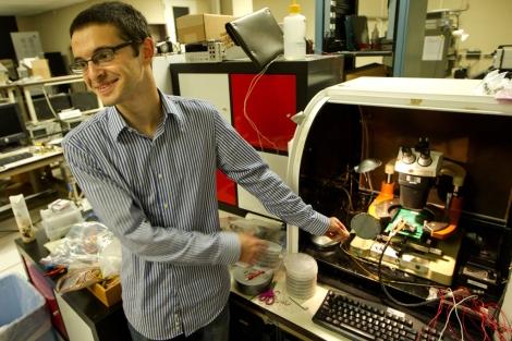 Max Shulaker sostiene una oblea (una fina plancha de material semiconductor) de nanotubos de carbono.| Junto a él, un ordenador básico fabricado con nanotubos. | NorbertvonderGroeben