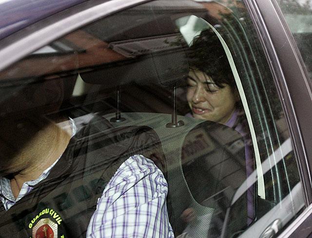 Rosario Porto, llorando en el coche de la Guardia Civil. | Xoan Rey / Efe