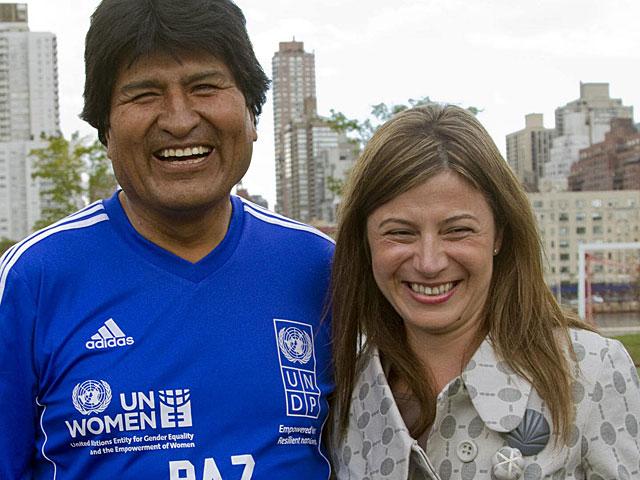 El presidente de Bolivia, Evo Morales, posa en Nueva York con la ex ministra Bibiana Aído. | Miguel Rajmil / Efe
