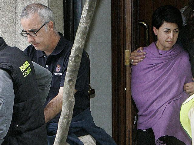 Los padres de Asunta Basterra salen esposado de un registro en una vivienda. | Efe