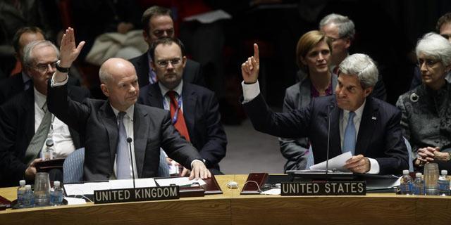 William Hague (i) y John Kerry (d), durante la votación de la resolución para el desarme químico de Siria.
