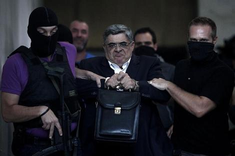 Nikolaos Mijaloliakos, en el momento de su detención.| Afp