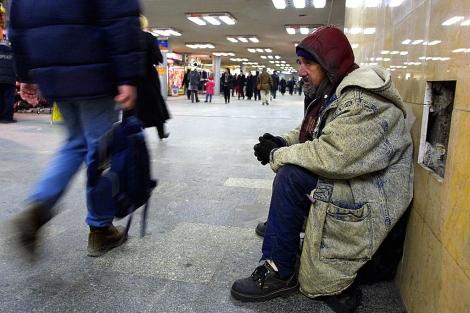 Un mendigo pide dinero en las calles de Budapest. | Afp