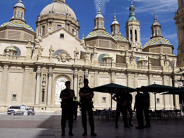 Cordón policial en la Plaza del Pilar de Zaragoza. | Javier Cebollada / Efe
