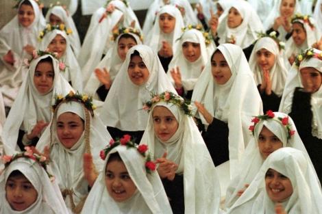 Un grupo de niñas en un colegio de Teherán. | Afp