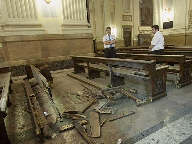 Desperfectos causados por el artefacto en la Basílica del Pilar de Zaragoza. | Foto: Efe / Toni Galán.