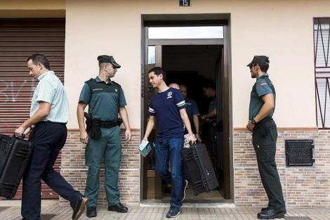 Agentes de la Policía Científica y la Guardia Civil en el domicilio de la víctima | B. Aliño