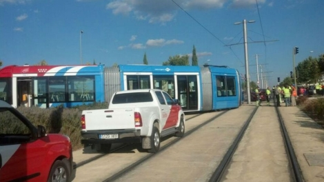 Convoy del Metro Ligero Oeste accidentado tras chocar con un coche. | E. M.