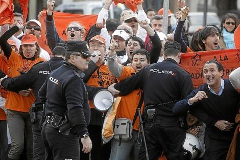 Empleados públicos protestan contra el 'decretazo' de la Junta en Córdoba. | M. Cubero