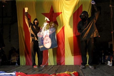 Independentistas queman banderas de España, Francia, Unión Europea y una foto del rey en la diada. 1381761724_0