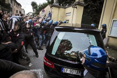 Protestas ante el coche fúnebre de Erich Priebke, en Roma. | Efe