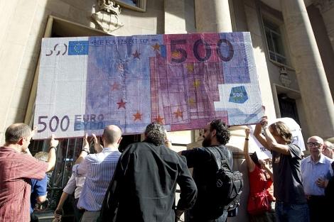 Activistas de Pobreza Cero protestan ante Hacienda. | B. Pajares