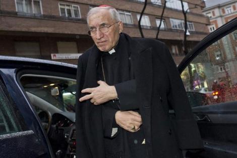 El cardenal Rouco Varela, baj�ndose de un veh�culo para asistir a una misa. | Gonzalo Arroyo