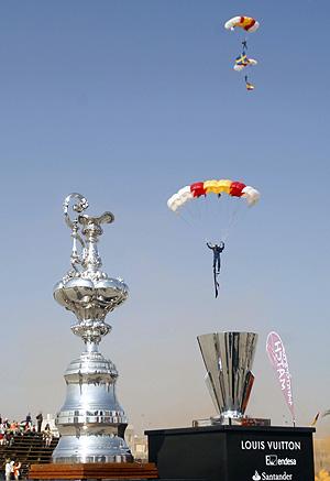 Izquierda: trofeo de la 32ª Copa América. Derecha: Copa Louis Vuitton