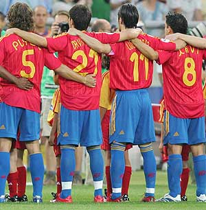 Los jugadores de la Selección escuchan el himno nacional antes de un partido oficial. (Foto: Luis Ángel Alonso)