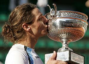 Gastón Gaudio besa el trofeo de campeón en 2004. (Foto: REUTERS)