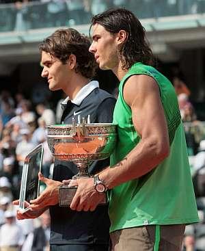 Rafa Nadal, junto a Roger Federer tras recibir el trofeo. (Foto: AFP)
