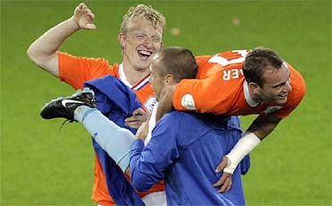 Sneijder, a hombros tras su gol. (AP) [Álbum]
