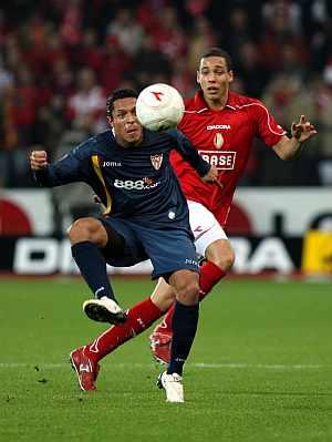 Axel Witsel y Adriano luchan por el balón. ÁLBUM