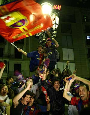 Los hinchas azulgrana tomaron las Ramblas de nuevo tras la derrota del Madrid en Villarreal. (Foto: REUTERS)