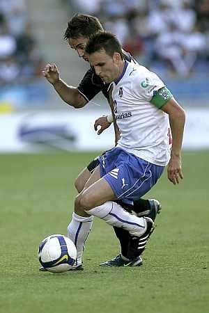 Ayoze Díaz aguanta la pelota ante un rival