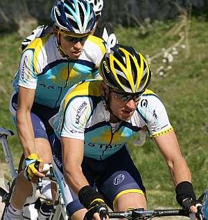 Lance Armstrong (dcha), junto a Alberto Contador. (Foto: AFP)