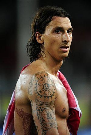 futbol tatuajes. Ibrahimovic, presumiendo de tatuajes. (Foto: AFP)