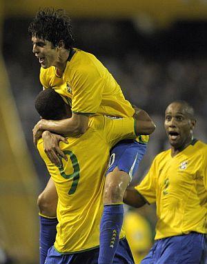 Kaká se abraza a Luis Fabiano tras un gol a Argentina. (Foto: AFP)