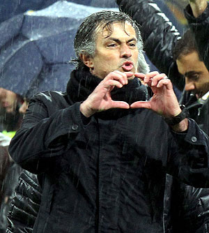 Mourinho da instrucciones en el banquillo. (Foto: EFE)