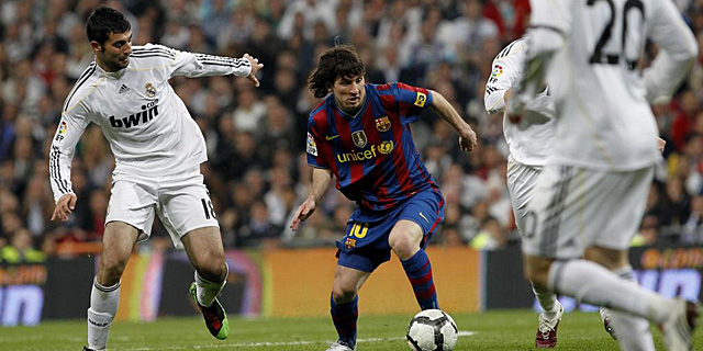 Imagen del �ltimo Real Madrid-Barcelona, disputado en abril de 2010. | A. di Lolli