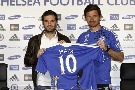 Mata y el entrenador del Chelsea, Villas-Boas. | Efe