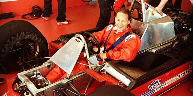 Jacques Villeneuve, en el Ferrari de su padre. | @alo_oficial