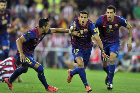 Pedro celebra el primer gol con Alexis y Busquets. (Foto: Afp)