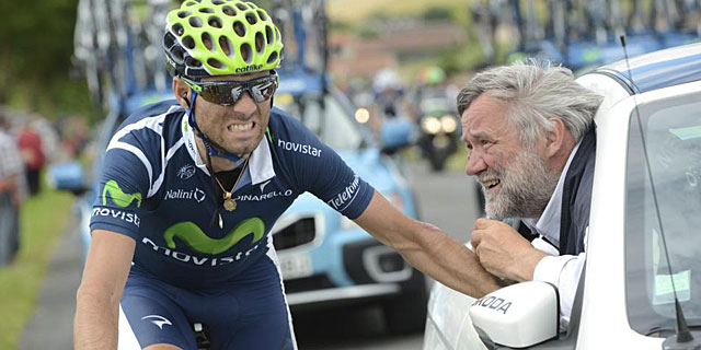 Alejandro Valverde es atendido por el mdico de carrera durante la etapa de ayer. | Efe