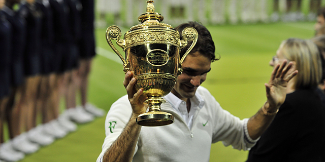 Roger Federer celebra su victoria en Wimbledon. | Afp