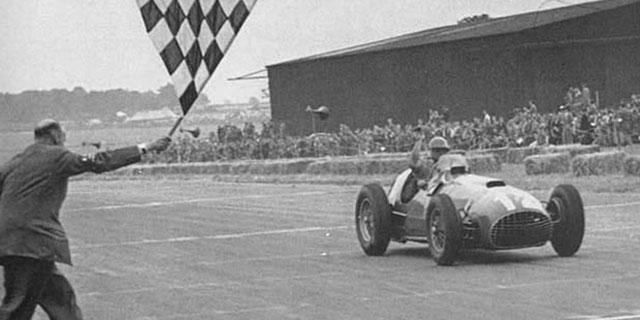 José Froilán cruza la línea de meta de uno de los grandes premios que ganó. /www.formulaf1.es