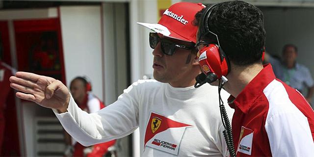 Fernando Alonso habla con su ingeniero de pista, Andrea Stella, en Hungaroring. | Reuters