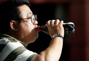 Un hombre bebiendo un refresco en San Francisco. (Foto: Justin Sullivan | AFP)