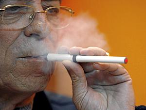 Luis Pastor fumando un cigarrillo electrónico. (Foto: Alberto Di Lolli)