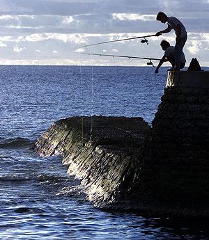 Dos nauruanos pescando. (Foto: AFP)
